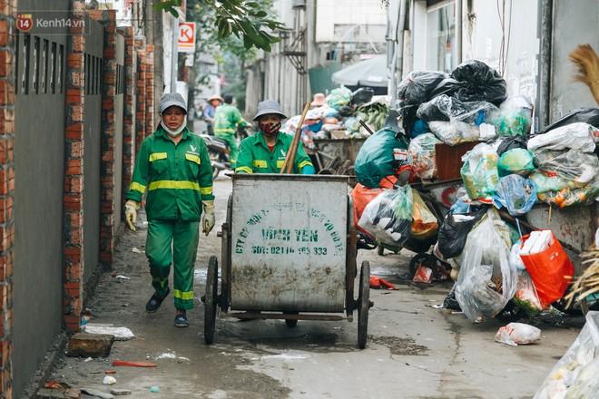 Ảnh: 4 ngày không đổ rác do người dân chặn xe tải vào bãi, nhiều quận nội thành Hà Nội ngập ngụa trong phế thải - ảnh 14