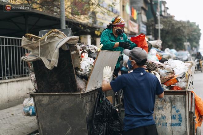 Ảnh: 4 ngày không đổ rác do người dân chặn xe tải vào bãi, nhiều quận nội thành Hà Nội ngập ngụa trong phế thải - ảnh 13