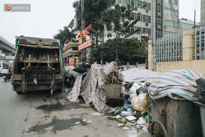 Ảnh: 4 ngày không đổ rác do người dân chặn xe tải vào bãi, nhiều quận nội thành Hà Nội ngập ngụa trong phế thải - ảnh 11