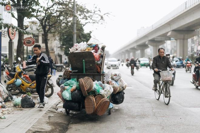 Ảnh: 4 ngày không đổ rác do người dân chặn xe tải vào bãi, nhiều quận nội thành Hà Nội ngập ngụa trong phế thải - ảnh 7