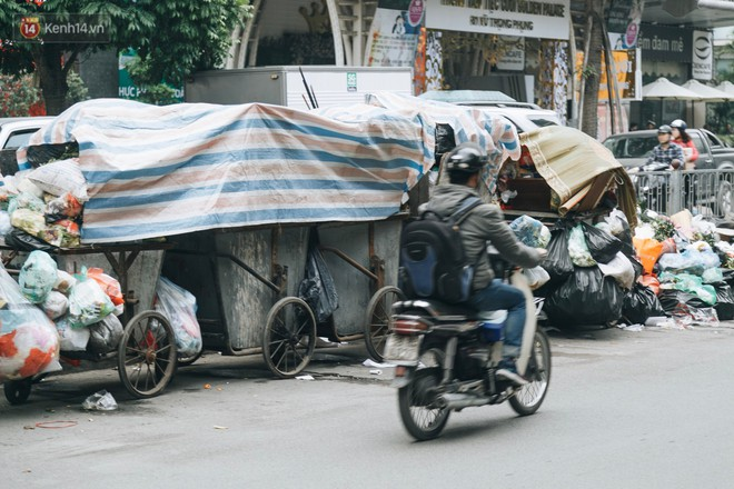 Ảnh: 4 ngày không đổ rác do người dân chặn xe tải vào bãi, nhiều quận nội thành Hà Nội ngập ngụa trong phế thải - ảnh 6