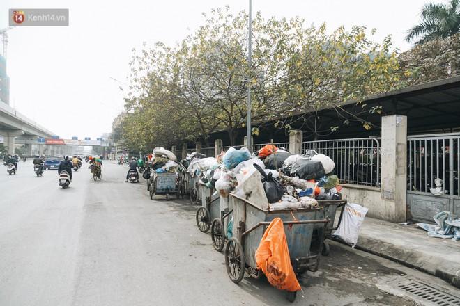 Ảnh: 4 ngày không đổ rác do người dân chặn xe tải vào bãi, nhiều quận nội thành Hà Nội ngập ngụa trong phế thải - ảnh 8