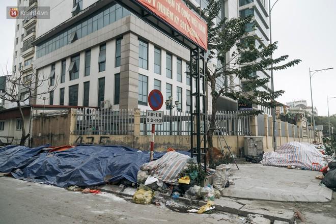 Ảnh: 4 ngày không đổ rác do người dân chặn xe tải vào bãi, nhiều quận nội thành Hà Nội ngập ngụa trong phế thải - ảnh 2