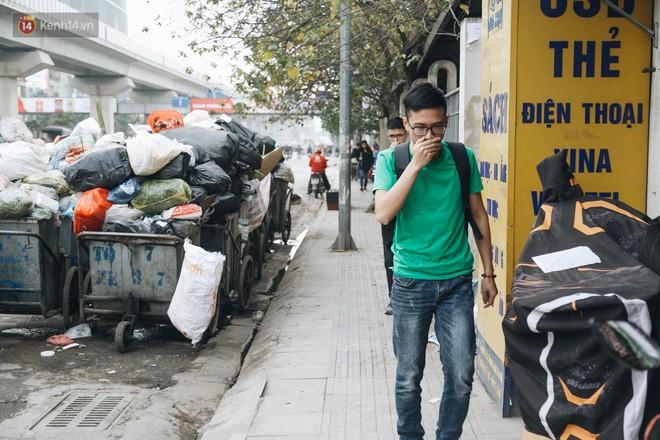 Ảnh: 4 ngày không đổ rác do người dân chặn xe tải vào bãi, nhiều quận nội thành Hà Nội ngập ngụa trong phế thải - ảnh 10