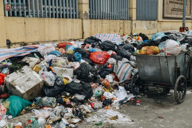 Ảnh: 4 ngày không đổ rác do người dân chặn xe tải vào bãi, nhiều quận nội thành Hà Nội ngập ngụa trong phế thải - ảnh 3