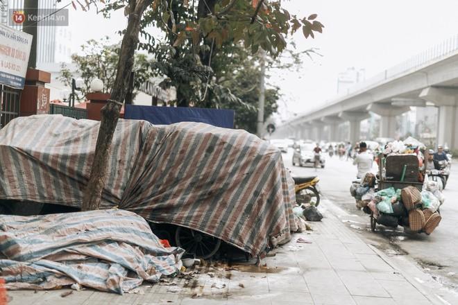 Ảnh: 4 ngày không đổ rác do người dân chặn xe tải vào bãi, nhiều quận nội thành Hà Nội ngập ngụa trong phế thải - ảnh 5