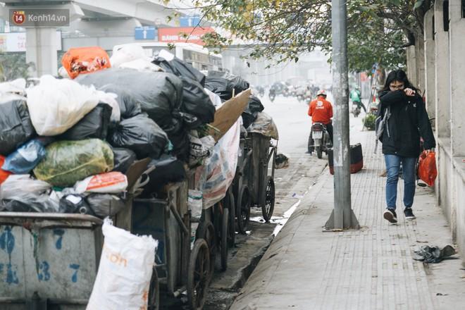 Ảnh: 4 ngày không đổ rác do người dân chặn xe tải vào bãi, nhiều quận nội thành Hà Nội ngập ngụa trong phế thải - ảnh 16