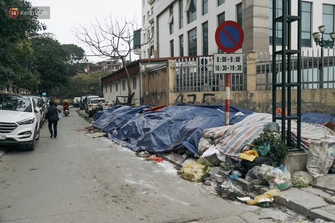 Ảnh: 4 ngày không đổ rác do người dân chặn xe tải vào bãi, nhiều quận nội thành Hà Nội ngập ngụa trong phế thải - ảnh 4