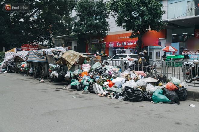 Ảnh: 4 ngày không đổ rác do người dân chặn xe tải vào bãi, nhiều quận nội thành Hà Nội ngập ngụa trong phế thải - ảnh 1