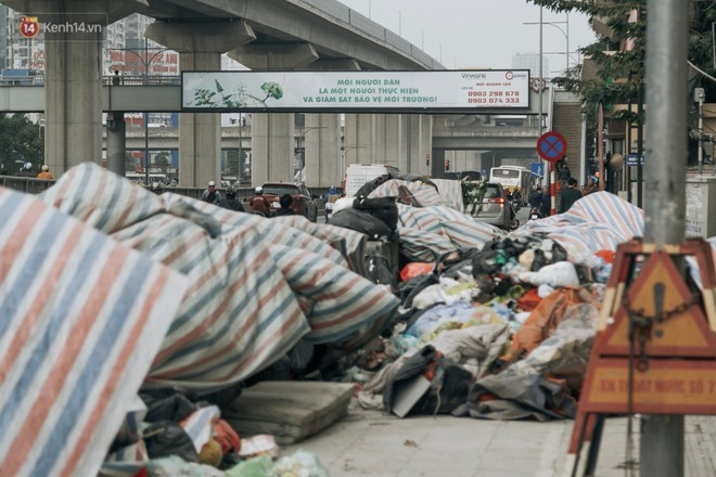 Ảnh: 4 ngày không đổ rác do người dân chặn xe tải vào bãi, nhiều quận nội thành Hà Nội ngập ngụa trong phế thải - ảnh 9