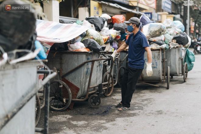 Ảnh: 4 ngày không đổ rác do người dân chặn xe tải vào bãi, nhiều quận nội thành Hà Nội ngập ngụa trong phế thải - ảnh 12