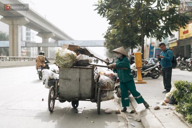 Ảnh: 4 ngày không đổ rác do người dân chặn xe tải vào bãi, nhiều quận nội thành Hà Nội ngập ngụa trong phế thải - ảnh 15