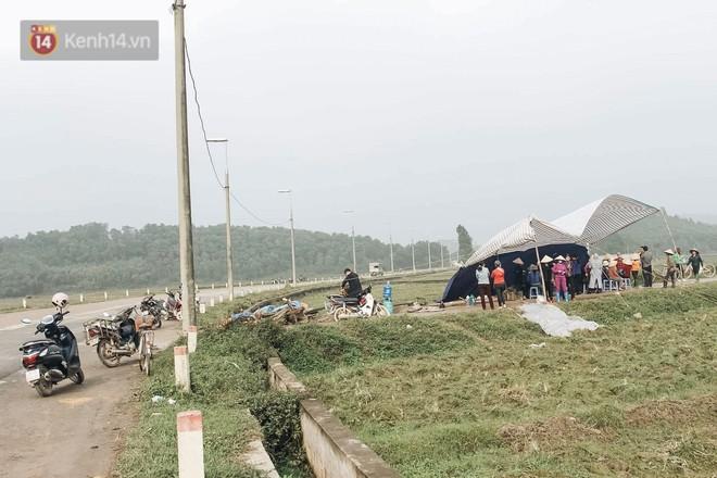 Ảnh: 4 ngày không đổ rác do người dân chặn xe tải vào bãi, nhiều quận nội thành Hà Nội ngập ngụa trong phế thải - ảnh 18
