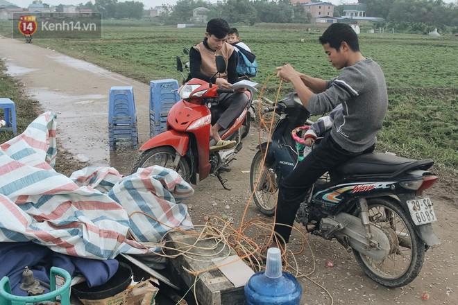 Ảnh: 4 ngày không đổ rác do người dân chặn xe tải vào bãi, nhiều quận nội thành Hà Nội ngập ngụa trong phế thải - ảnh 19