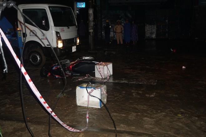 Vụ chồng chết, vợ nhập viện vì vướng dây điện sà xuống đường: Khởi tố 1 công nhân vận hành điện - ảnh 1