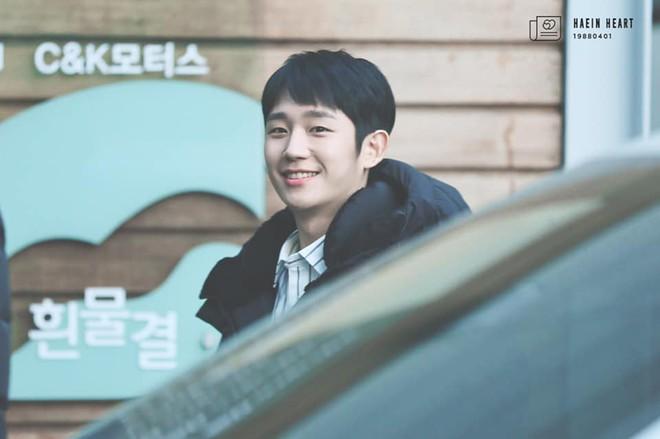 Mặt đã trẻ còn biết chọn kiểu tóc, ăn vận hack tuổi, Jung Hae In nhìn như sinh viên mới ra trường - ảnh 3