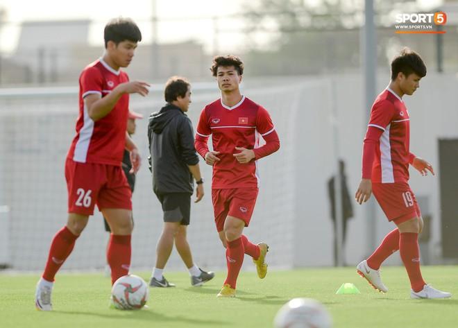 Văn Toàn tươi rói dưới nắng vàng ở Al Ain, chờ được trao suất đá chính trận quyết đấu với Yemen - ảnh 10