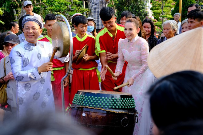 Quán quân Hồ Văn Cường phổng phao bên mẹ Phi Nhung trong chuyến từ thiện cuối năm - ảnh 1