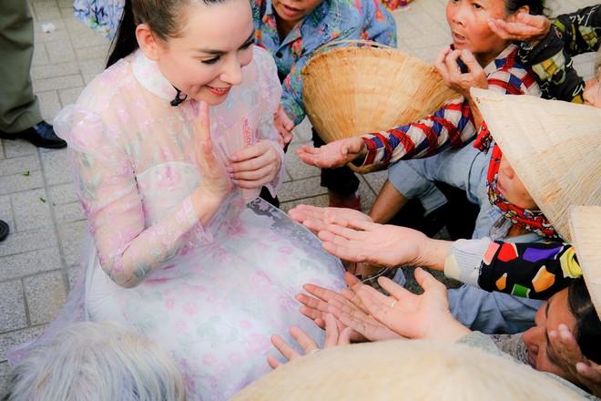 Quán quân Hồ Văn Cường phổng phao bên mẹ Phi Nhung trong chuyến từ thiện cuối năm - ảnh 2