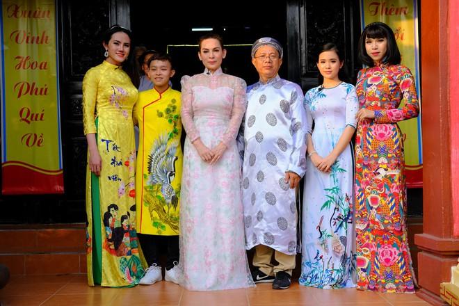 Quán quân Hồ Văn Cường phổng phao bên mẹ Phi Nhung trong chuyến từ thiện cuối năm - ảnh 3