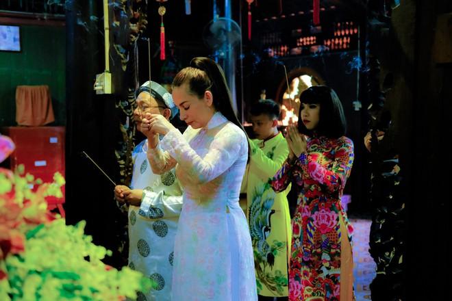 Quán quân Hồ Văn Cường phổng phao bên mẹ Phi Nhung trong chuyến từ thiện cuối năm - ảnh 4