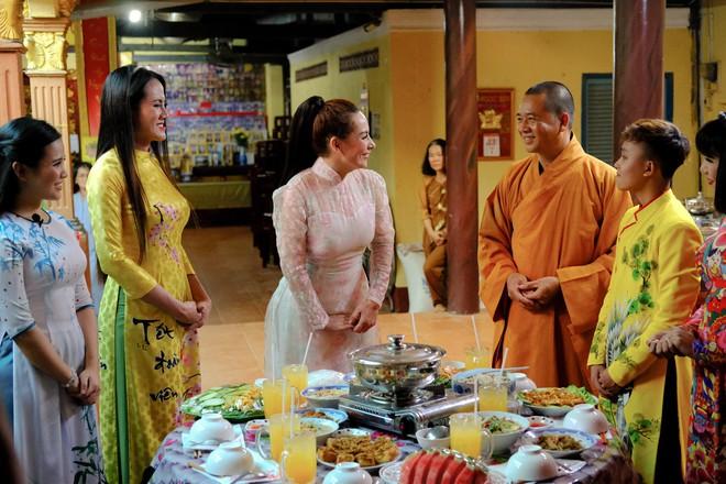 Quán quân Hồ Văn Cường phổng phao bên mẹ Phi Nhung trong chuyến từ thiện cuối năm - ảnh 5