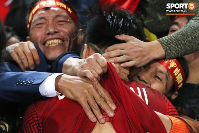 Văn Hậu suýt khóc vì bị trấn lột ngay trên sân Mỹ Đình sau trận chung kết AFF Cup 2018 - Ảnh 1.