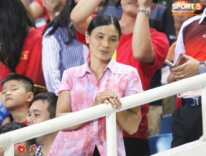 Lý giải bất ngờ của mẹ Văn Hậu về bức ảnh nhìn như thôi miên cậu con trai tại AFF Cup 2018 - Ảnh 1.