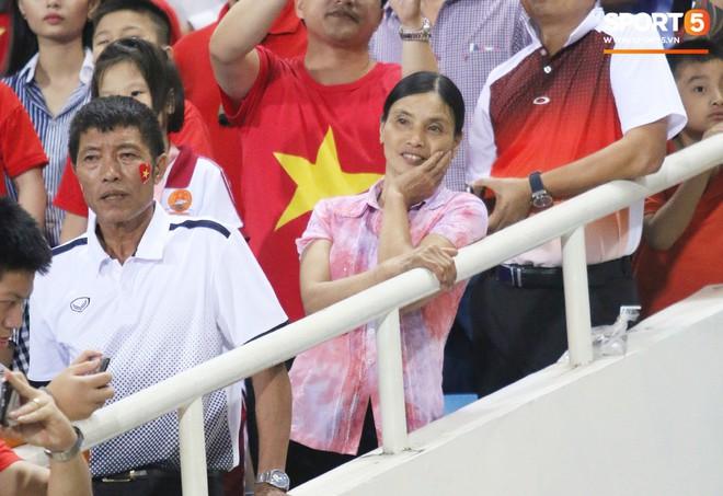 Lý giải bất ngờ của mẹ Văn Hậu về bức ảnh nhìn như thôi miên cậu con trai tại AFF Cup 2018 - Ảnh 3.