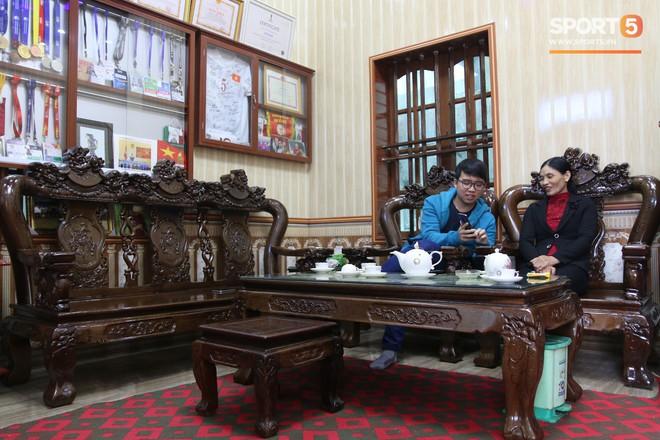 Lý giải bất ngờ của mẹ Văn Hậu về bức ảnh nhìn như thôi miên cậu con trai tại AFF Cup 2018 - Ảnh 5.