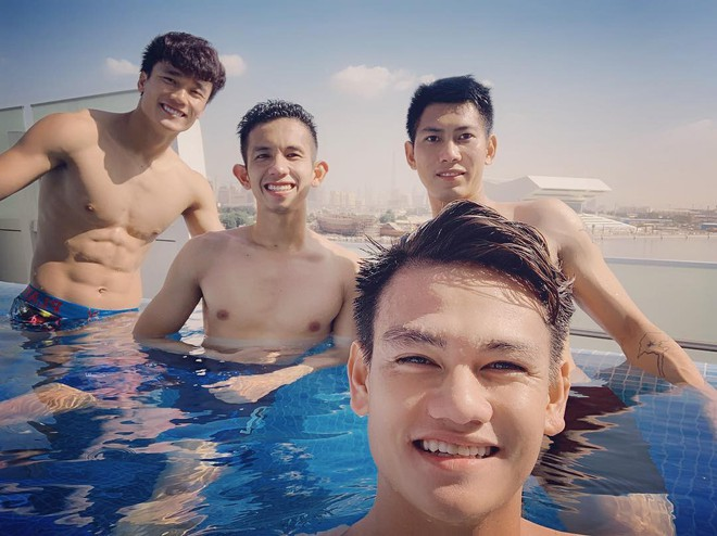 Văn Lâm cùng đồng đội khoe body chuẩn soái ca bên bể bơi