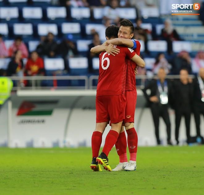 Quế Ngọc Hải ôm mặt khóc nức nở một mình sau trận thắng Jordan