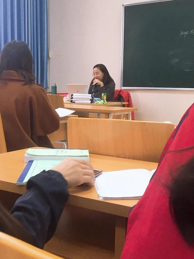 Cô giáo như mẹ hiền: Thấy sinh viên mặt mày ỉu xìu vì đói liền mua hàng loạt bánh bao và bò bía để cứu trợ