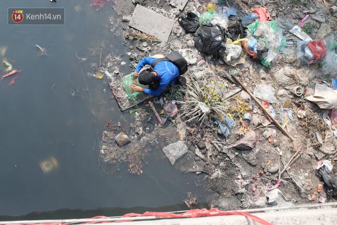 Hà Nội: Cá chép tiễn ông Công ông Táo được TNV hỗ trợ bỏ vào chậu thả xuống lòng sông, nhưng dòng nước đen kịt khiến ai cũng phải nhíu mày - ảnh 23