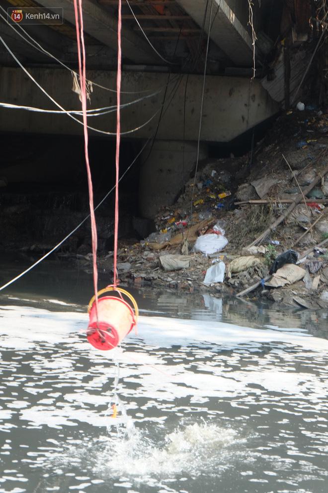 Hà Nội: Cá chép tiễn ông Công ông Táo được TNV hỗ trợ bỏ vào chậu thả xuống lòng sông, nhưng dòng nước đen kịt khiến ai cũng phải nhíu mày - ảnh 11