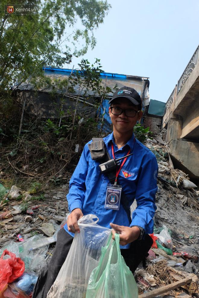 Hà Nội: Cá chép tiễn ông Công ông Táo được TNV hỗ trợ bỏ vào chậu thả xuống lòng sông, nhưng dòng nước đen kịt khiến ai cũng phải nhíu mày - ảnh 20