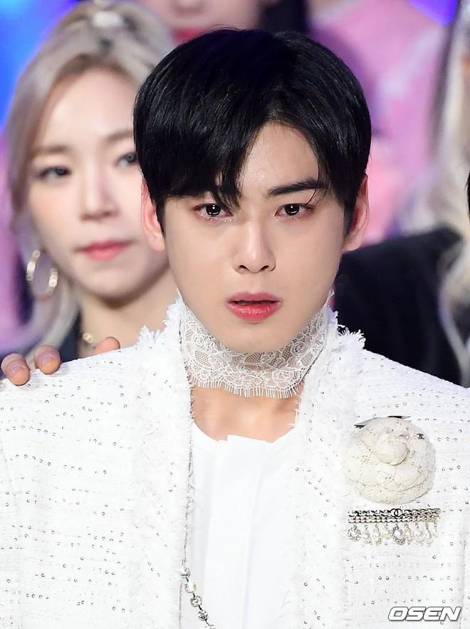 Khóc sướt mướt khi nhận cúp, nhan sắc Cha Eun Woo vẫn phải khiến netizen thốt lên: Đúng là trai đẹp làm gì cũng đẹp - Ảnh 1.