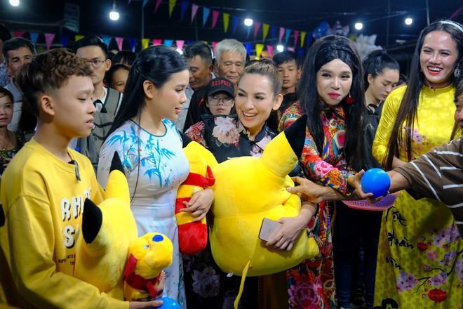Phi Nhung cùng con nuôi Hồ Văn Cường hào hứng chơi lô tô ngày Tết - ảnh 10