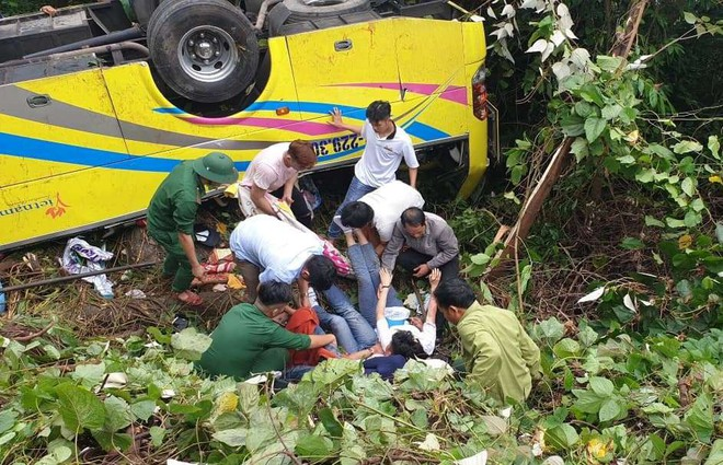Vượt gần 1.500km, cha mẹ nữ sinh tử vong trong vụ xe lao xuống vực đèo Hải Vân ngã quỵ khi đón thi thể con tại nhà vĩnh biệt - Ảnh 3.