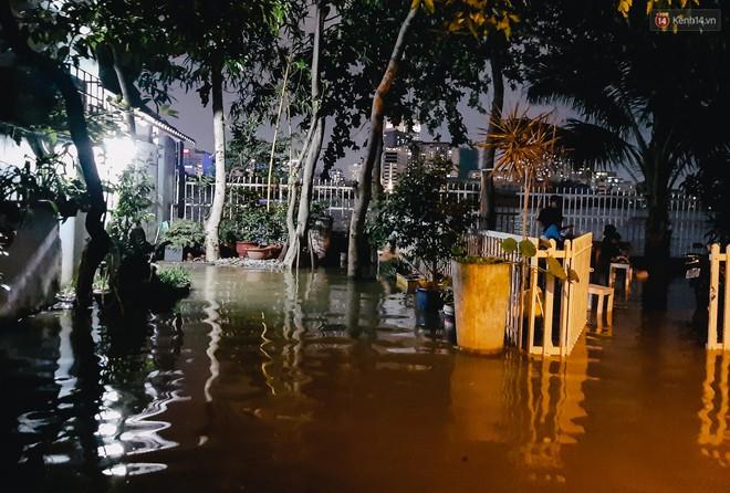 Ảnh: Triều cường tiếp tục dâng cao, nhiều nhà dân trên phố nhà giàu ở Sài Gòn bị cô lập vì xung quanh toàn nước - ảnh 8