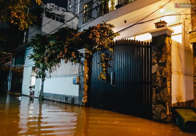 Ảnh: Triều cường tiếp tục dâng cao, nhiều nhà dân trên phố nhà giàu ở Sài Gòn bị cô lập vì xung quanh toàn nước - ảnh 9