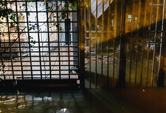 Ảnh: Triều cường tiếp tục dâng cao, nhiều nhà dân trên phố nhà giàu ở Sài Gòn bị cô lập vì xung quanh toàn nước - ảnh 6