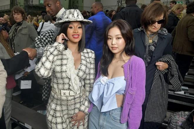 Ngồi hàng đầu với Cardi B và tổng biên Vogue, Jennie khí chất đỉnh cao nhưng sao như vội quá đi lạc vào sự kiện thế này? - ảnh 4