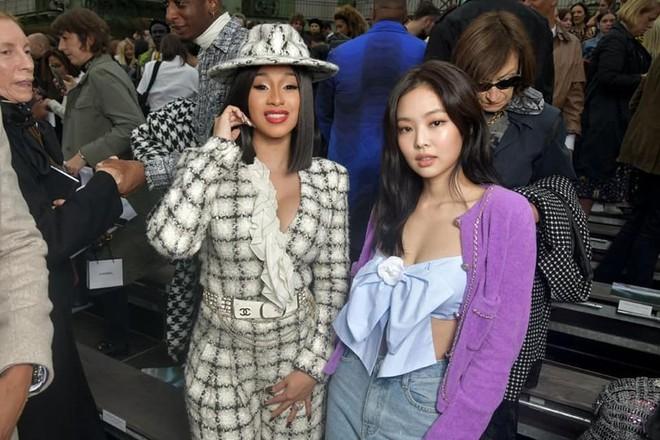 Ngồi hàng đầu với Cardi B và tổng biên Vogue, Jennie khí chất đỉnh cao nhưng sao như vội quá đi lạc vào sự kiện thế này? - ảnh 6