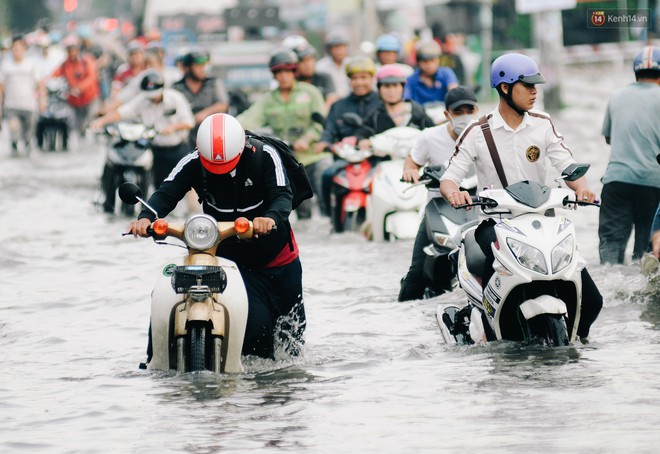 Ảnh: Triều cường tiếp tục dâng cao, nhiều nhà dân trên phố nhà giàu ở Sài Gòn bị cô lập vì xung quanh toàn nước - ảnh 14