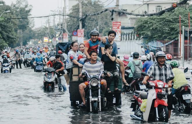 Ảnh: Triều cường tiếp tục dâng cao, nhiều nhà dân trên phố nhà giàu ở Sài Gòn bị cô lập vì xung quanh toàn nước - ảnh 15