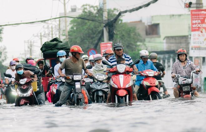 Ảnh: Triều cường tiếp tục dâng cao, nhiều nhà dân trên phố nhà giàu ở Sài Gòn bị cô lập vì xung quanh toàn nước - ảnh 12