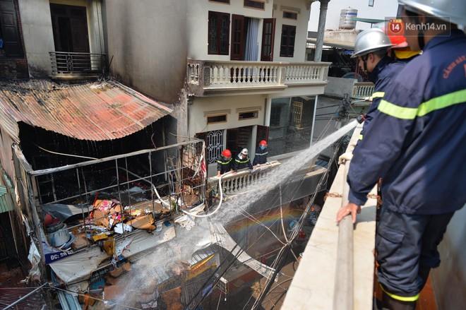 Hà Nội: Cháy lớn tại cửa hàng đồ vàng mã, người dân hoảng sợ tháo chạy - ảnh 3