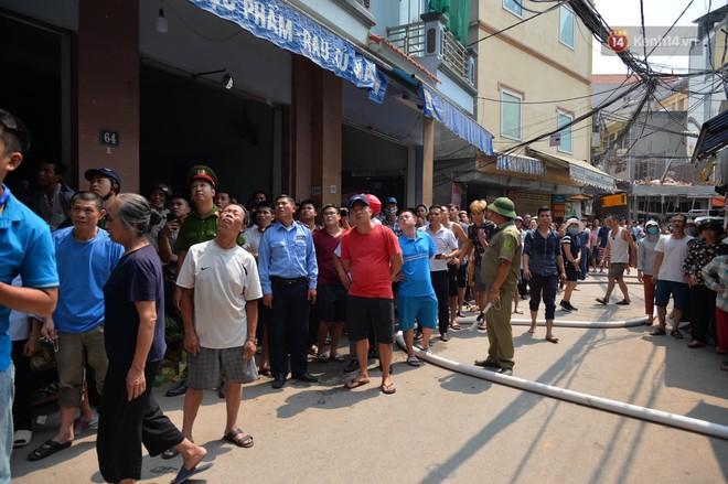 Hà Nội: Cháy lớn tại cửa hàng đồ vàng mã, người dân hoảng sợ tháo chạy - ảnh 7