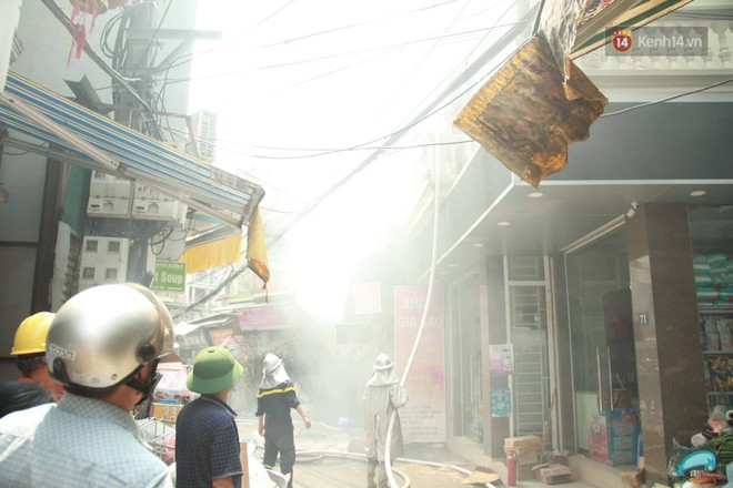 Hà Nội: Cháy lớn tại cửa hàng đồ vàng mã, người dân hoảng sợ tháo chạy - ảnh 9
